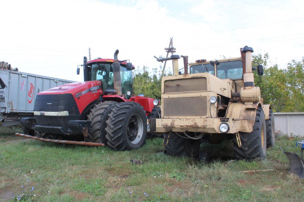 два трактора новый старый